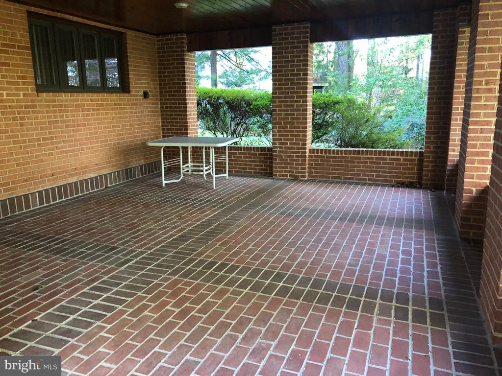 Lower level patio off den/family room - 8900 GLENBROOK RD, FAIRFAX