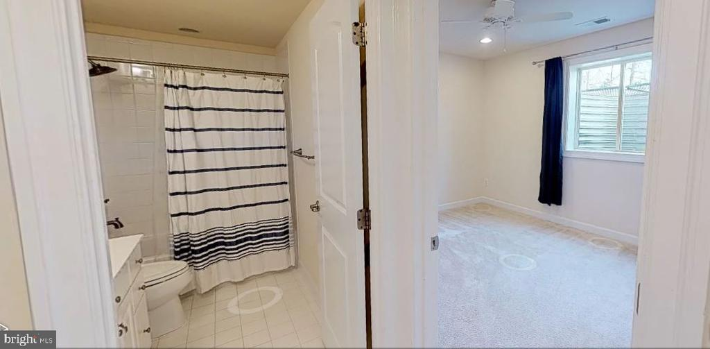 Basement legal bedroom and full bath - 25532 EMERSON OAKS DR, ALDIE