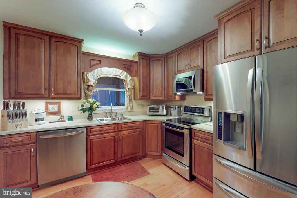 Updated kitchen - 12050 HICKORY HILLS CT, OAKTON