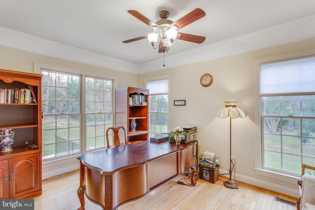 Library- Bright & Serene - 11607 FOREST HILL CT, FAIRFAX
