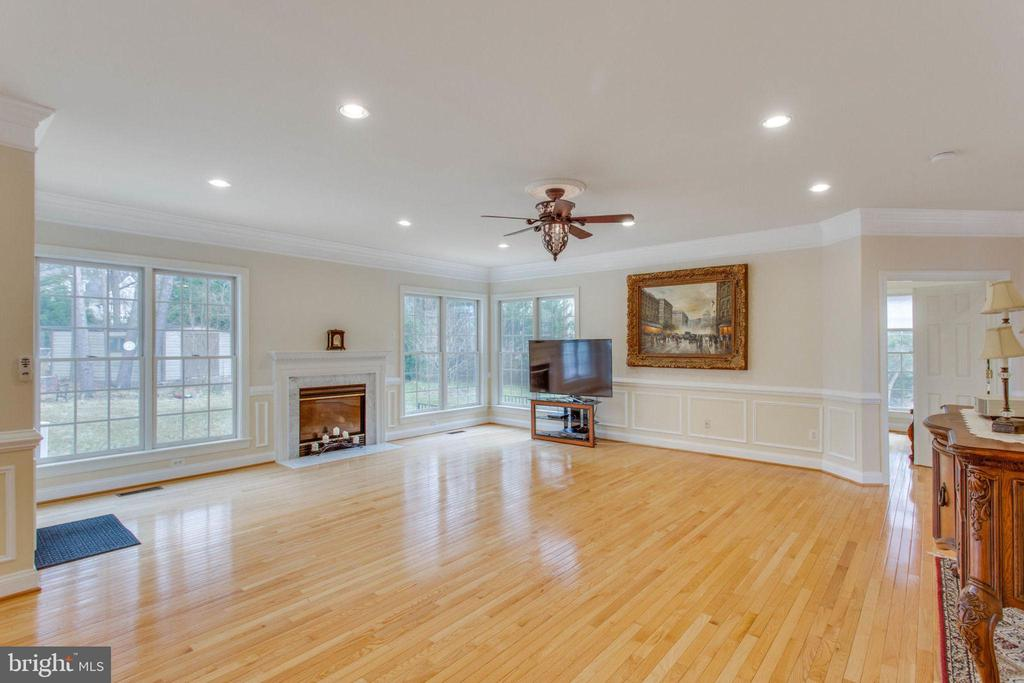 Light Family Room w/ Gas  Fireplace - 11607 FOREST HILL CT, FAIRFAX