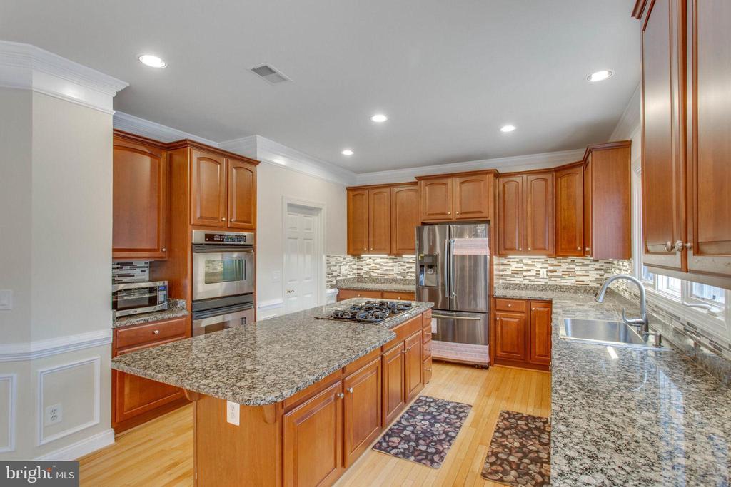 Kitchen w/ Granite Counter Top - 11607 FOREST HILL CT, FAIRFAX