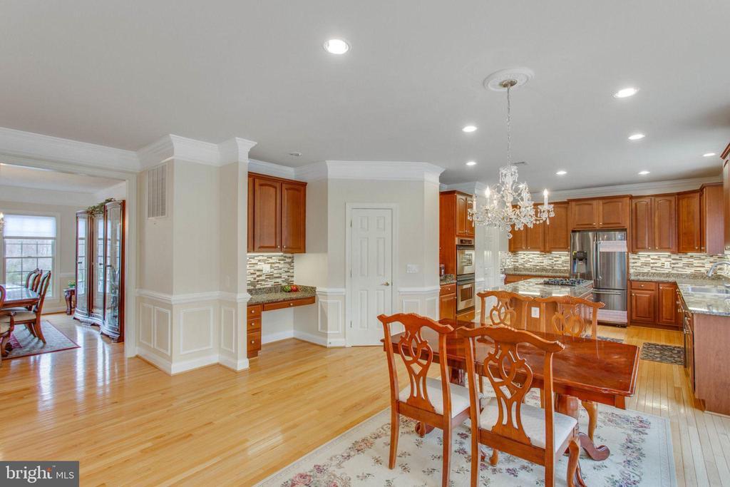 Kitchen w/ Desk & Walk-in Pantry - 11607 FOREST HILL CT, FAIRFAX