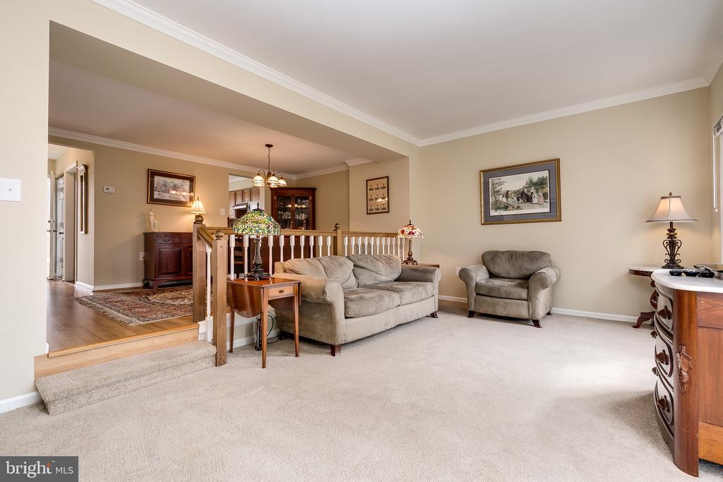 Sunken Living Room w/Wood Railing & Crown Molding - 13309 FOXHOLE DR, FAIRFAX
