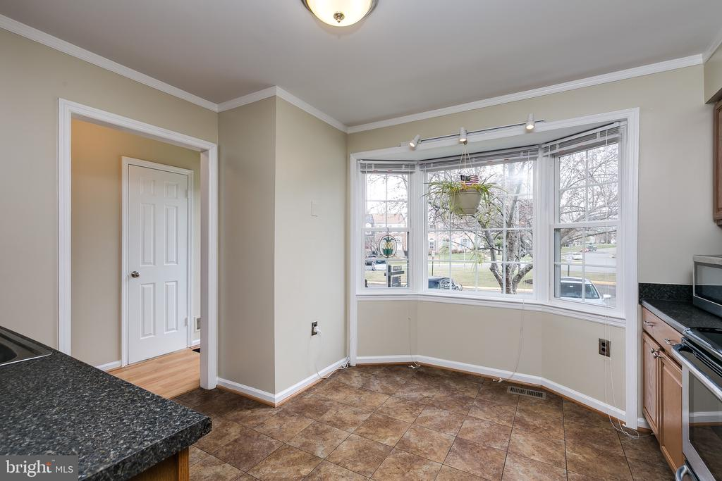 Eat-in Kitchen w/Bay Window & Crown Molding - 13309 FOXHOLE DR, FAIRFAX