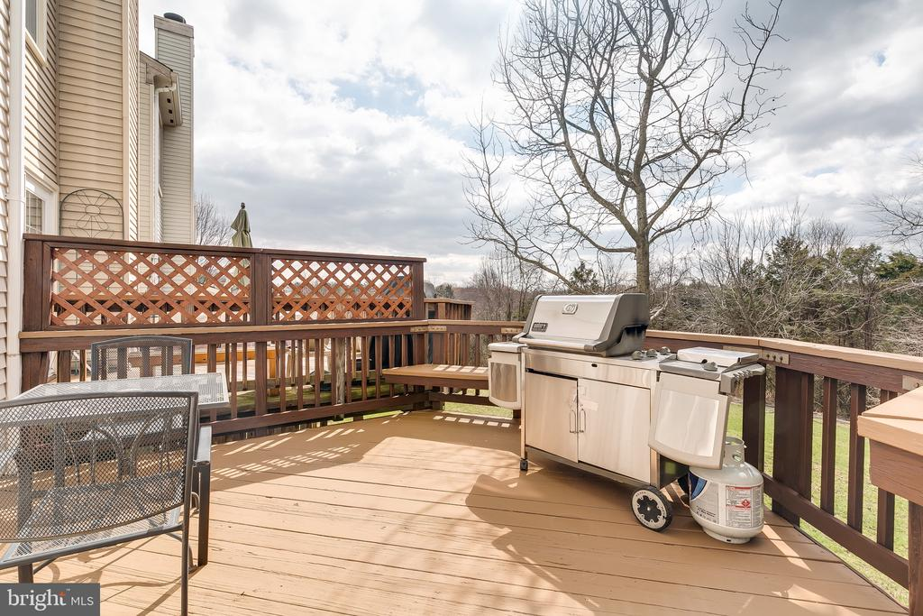 Main Level Deck Overlooking Woods & Common Area - 13309 FOXHOLE DR, FAIRFAX