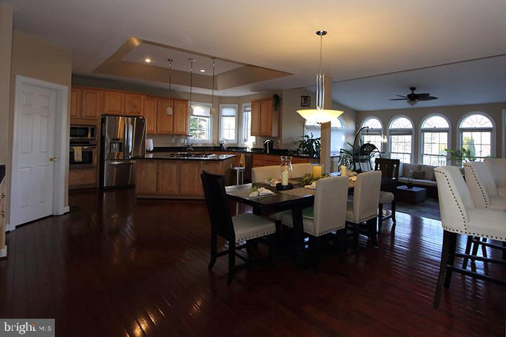 Spacious gourmet kitchen - 40674 JADE CT, LEESBURG