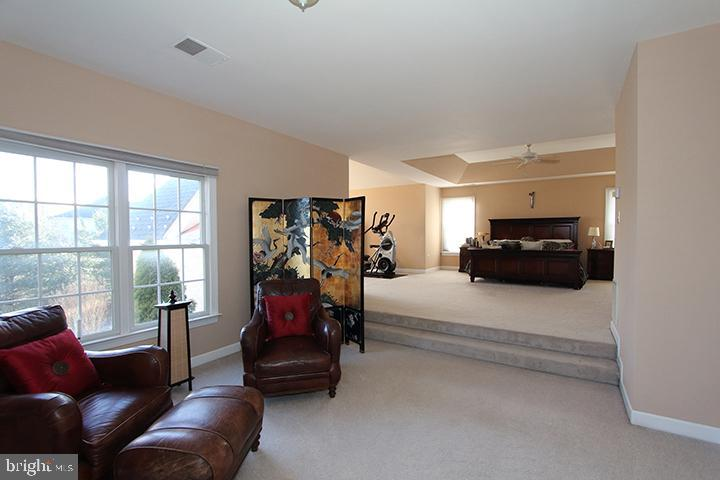 Spacious master bedroom with 2 sitting areas - 40674 JADE CT, LEESBURG