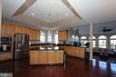 Gourmet kitchen with maple cabinets - 40674 JADE CT, LEESBURG