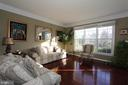 Bright living room with a lot of natural sunlight - 40674 JADE CT, LEESBURG