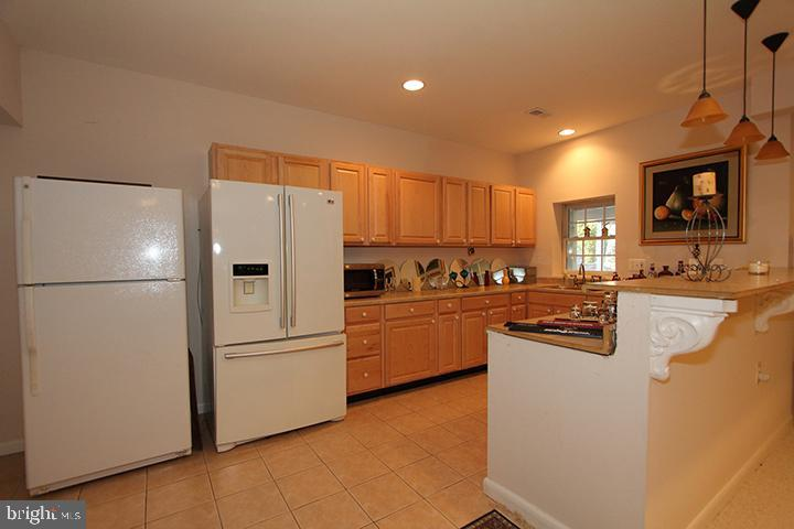 Lower level wet bar/kitchenette - 40674 JADE CT, LEESBURG
