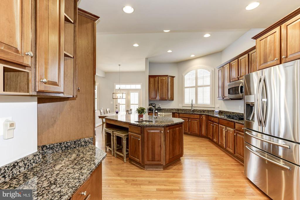 Cherry Cabinets and Granite - 44136 RIVERPOINT DR, LEESBURG