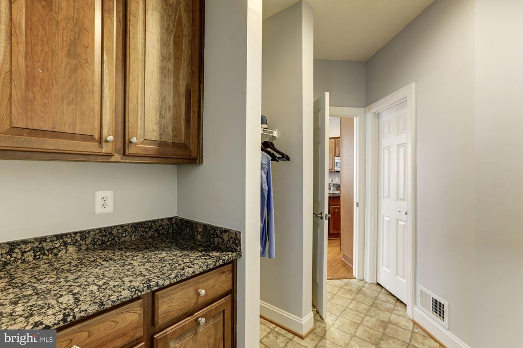 Mud Room with Recycling Center - 44136 RIVERPOINT DR, LEESBURG