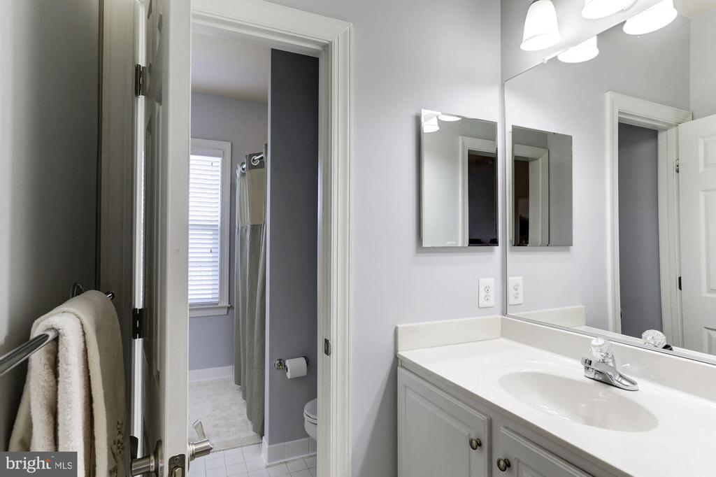Shared Bath with Separate Vanity in Bedroom 2 - 44136 RIVERPOINT DR, LEESBURG