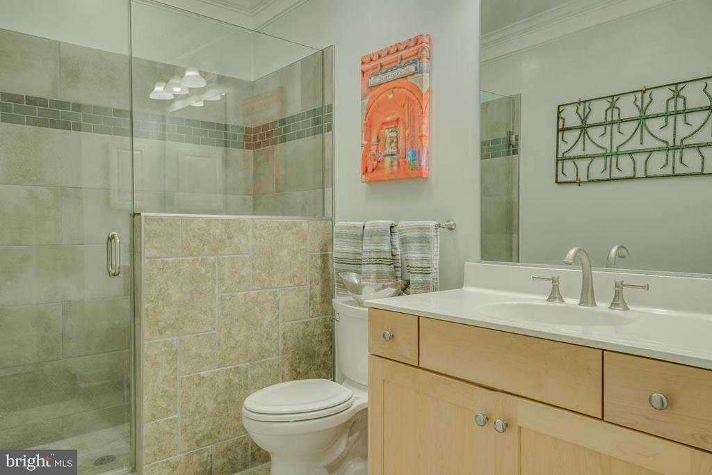 Bath with glass enclosed shower - 2192 POTOMAC RIVER BLVD, DUMFRIES