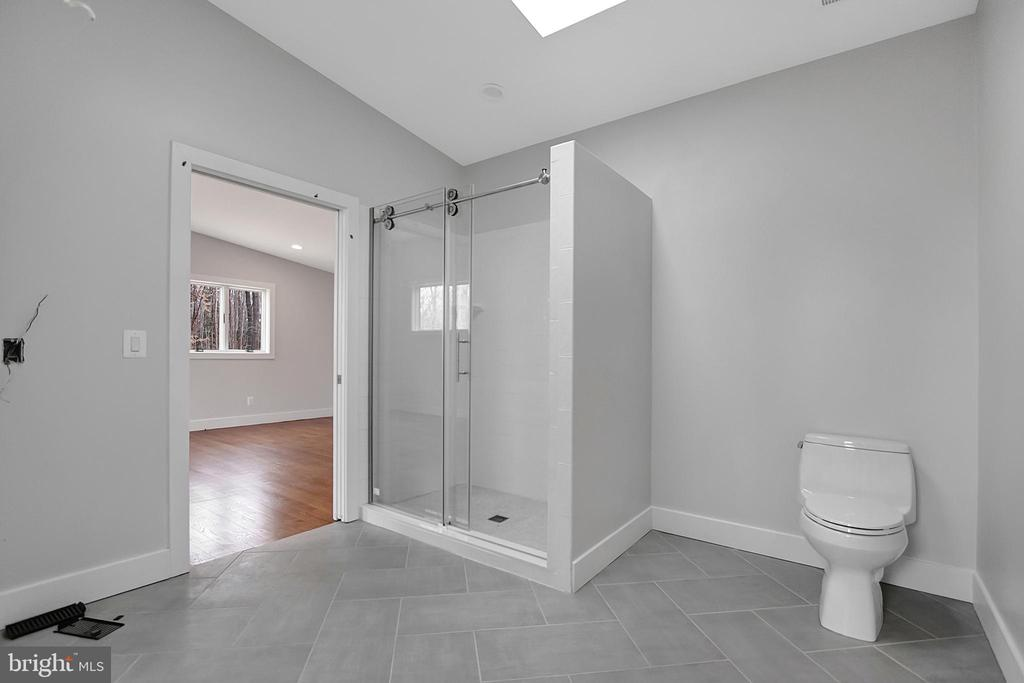 In law  or childrens suite- full bathroom. - 6027 TULIP POPLAR CT, MANASSAS