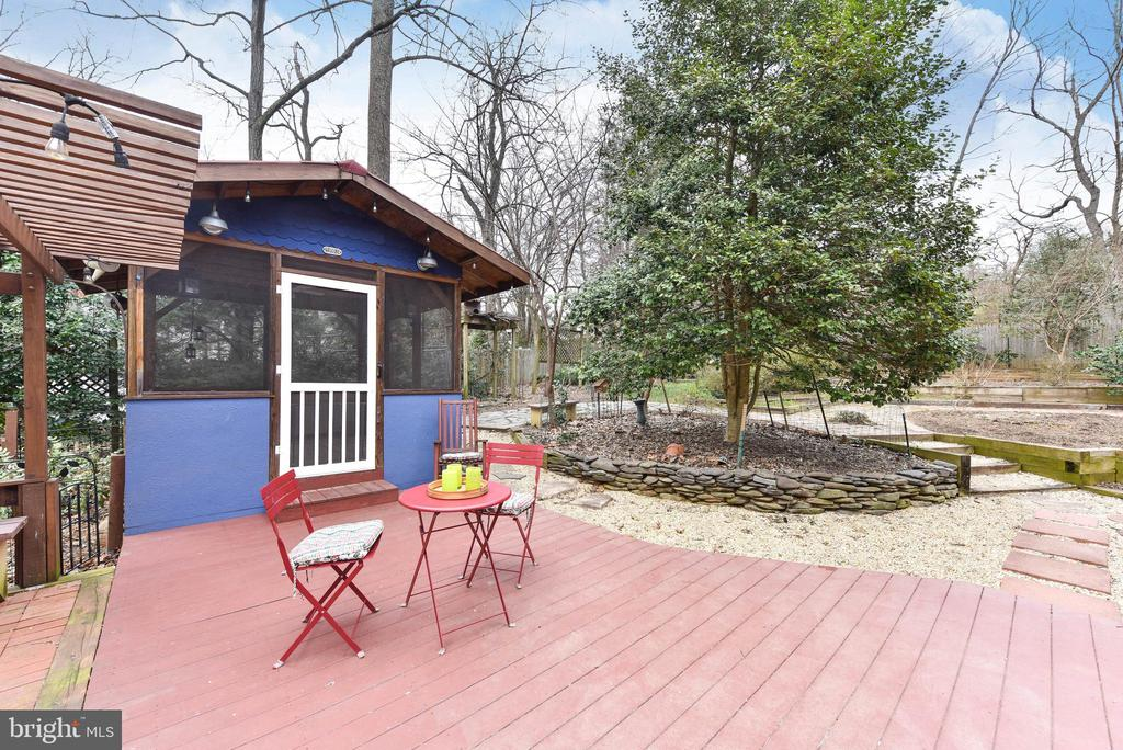 A spot for relaxing after work or all weekend long - 4104 DUNCAN DR, ANNANDALE