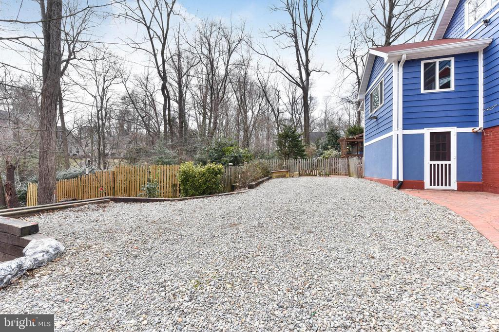 Turn around spaces up close to the house - 4104 DUNCAN DR, ANNANDALE