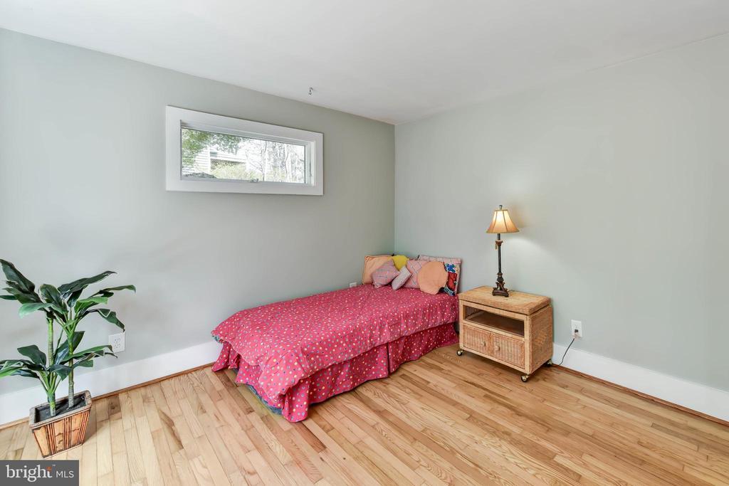 Main level bedroom with en suite full bath - 4104 DUNCAN DR, ANNANDALE