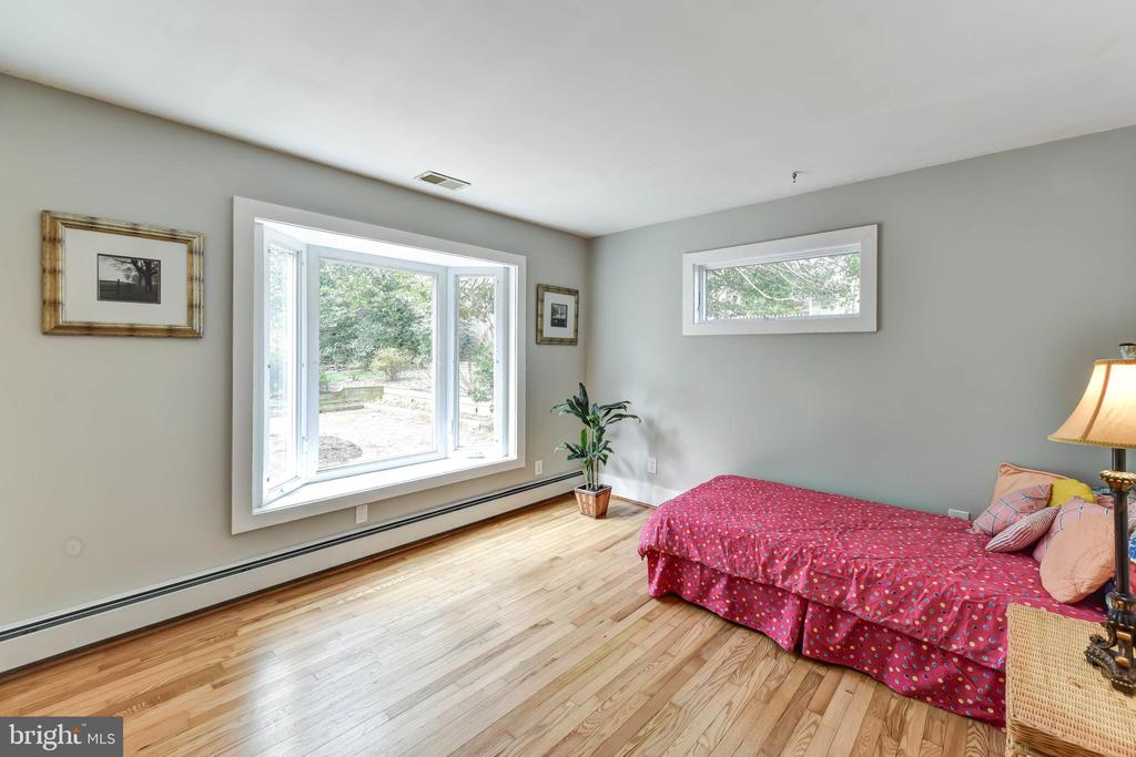 Main level bedroom ~ bay window views of back yard - 4104 DUNCAN DR, ANNANDALE
