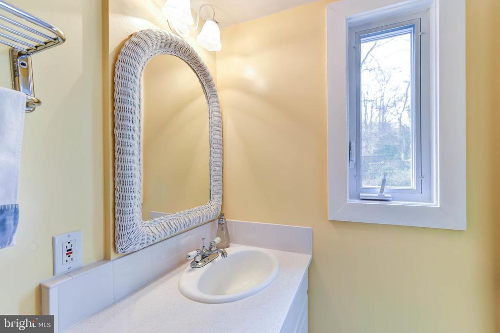 Updated en suite full bath - 4104 DUNCAN DR, ANNANDALE