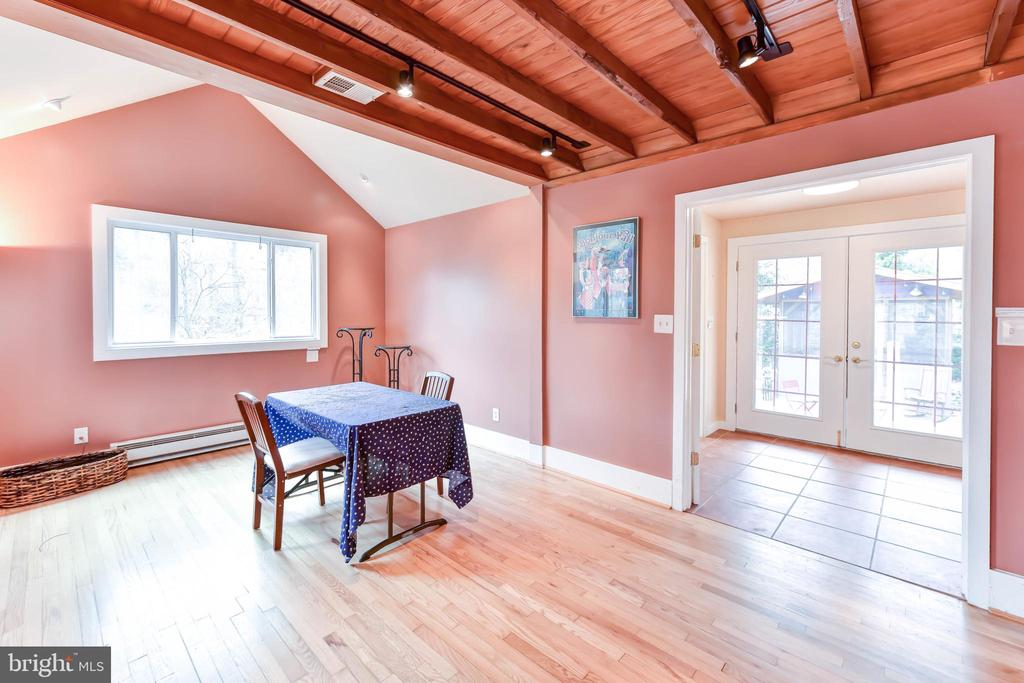 Use this space for formal dinners or a quick lunch - 4104 DUNCAN DR, ANNANDALE