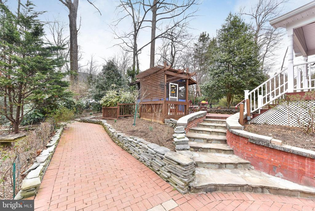 Everywhere you look  find  walkways to stroll - 4104 DUNCAN DR, ANNANDALE