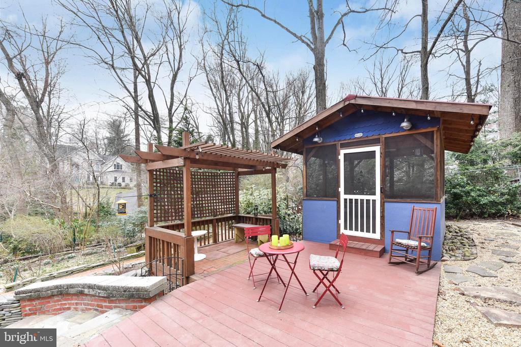 Enjoy warm spring evenings in your screened porch - 4104 DUNCAN DR, ANNANDALE