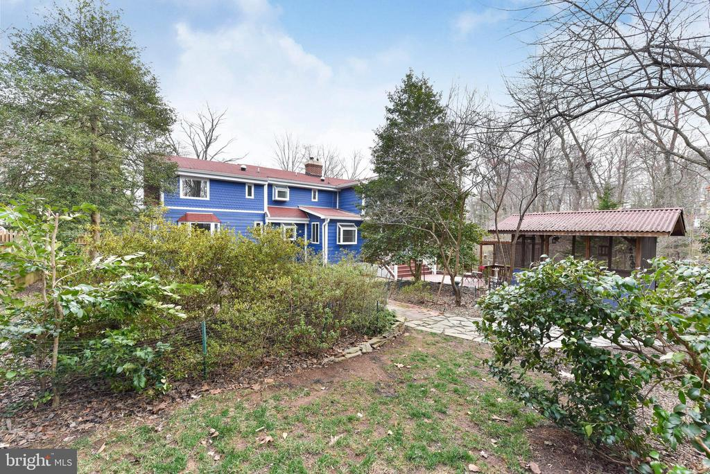 Lots of landscaping for you to enjoy - 4104 DUNCAN DR, ANNANDALE