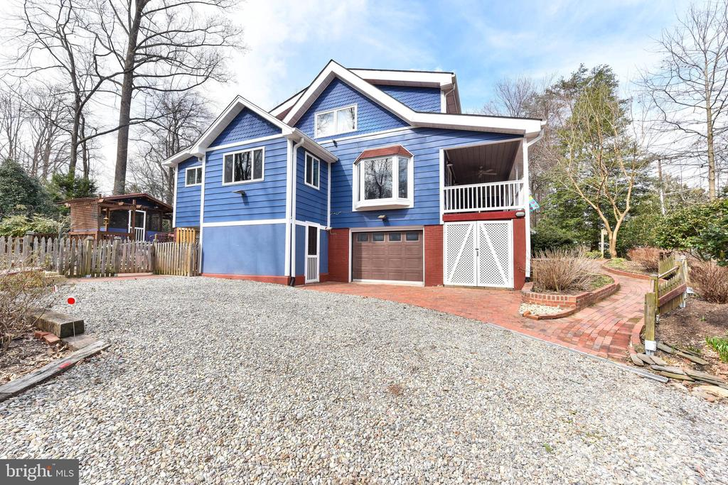 Driveway is convenient to front, side & back yards - 4104 DUNCAN DR, ANNANDALE