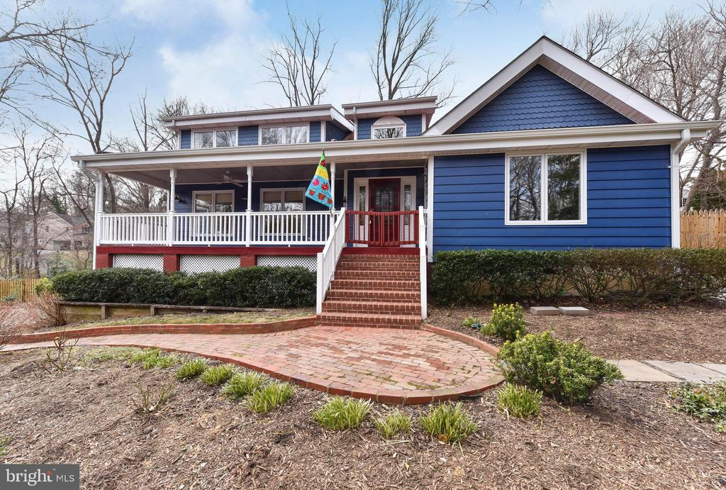 A welcoming front porch awaits you - 4104 DUNCAN DR, ANNANDALE