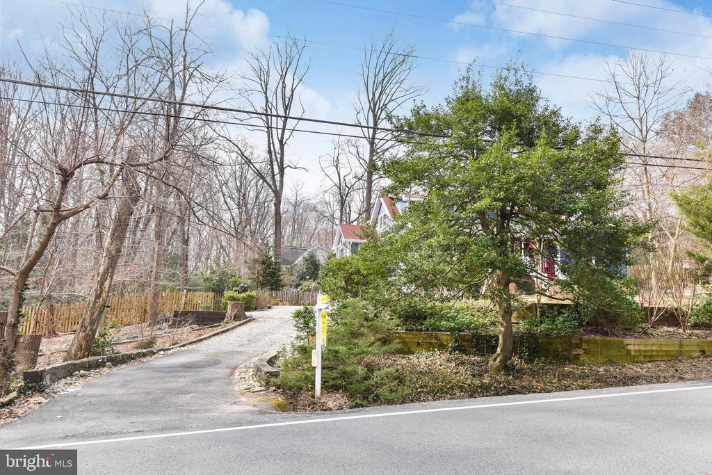 A .52 acre lot full of surprises - 4104 DUNCAN DR, ANNANDALE