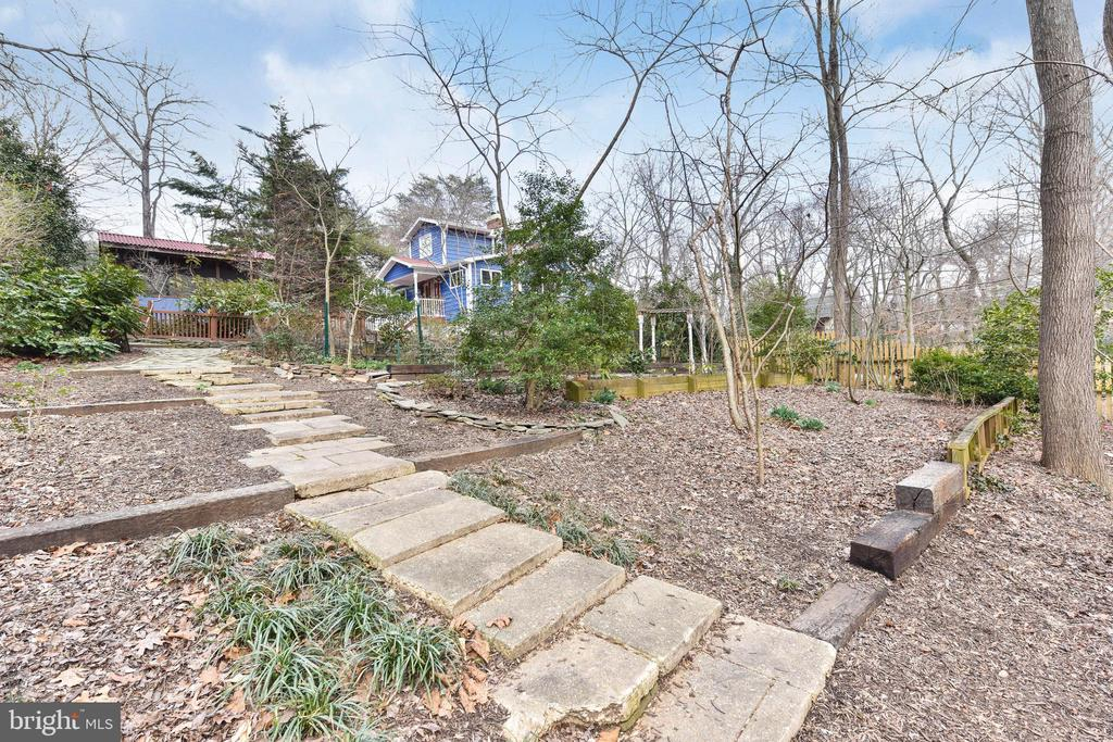 This steps lead to a side gate for easy deliveries - 4104 DUNCAN DR, ANNANDALE