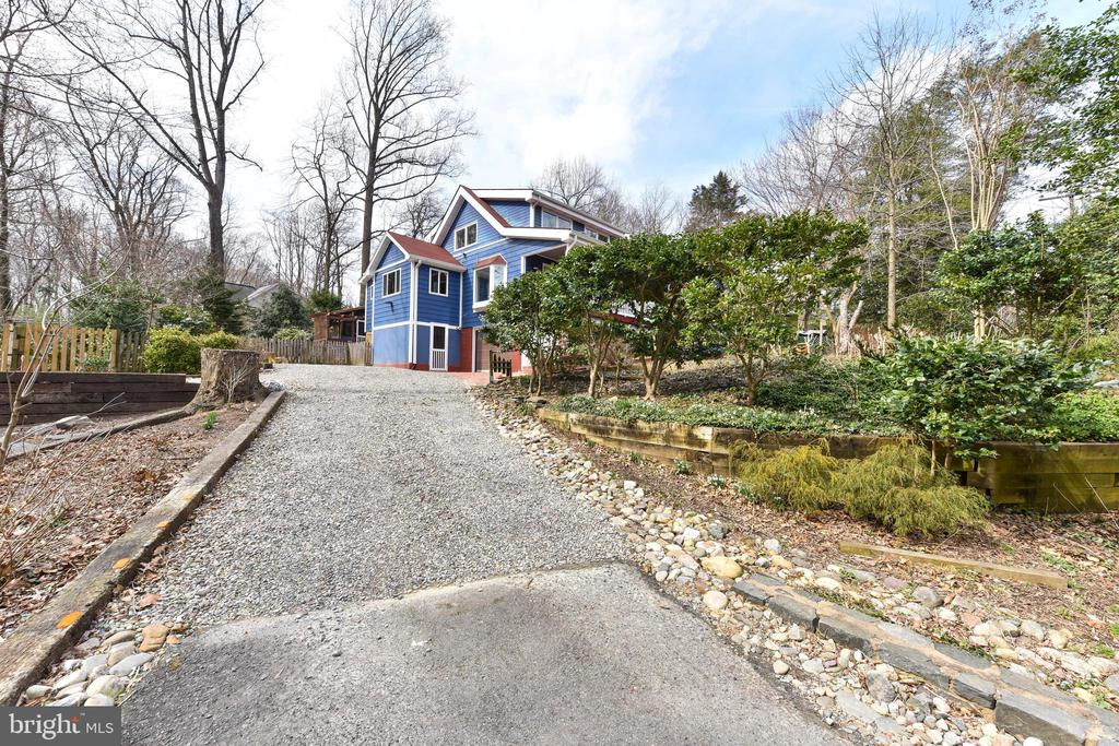 Driveway with parking for 5 cars - 4104 DUNCAN DR, ANNANDALE