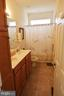 Main level guest bath - 9416 EVERETTE CT, SPOTSYLVANIA