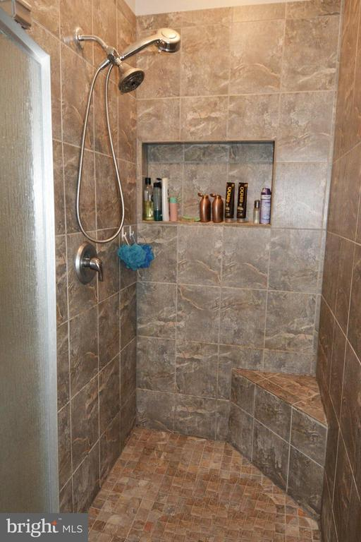 Main level master bath shower - 9416 EVERETTE CT, SPOTSYLVANIA