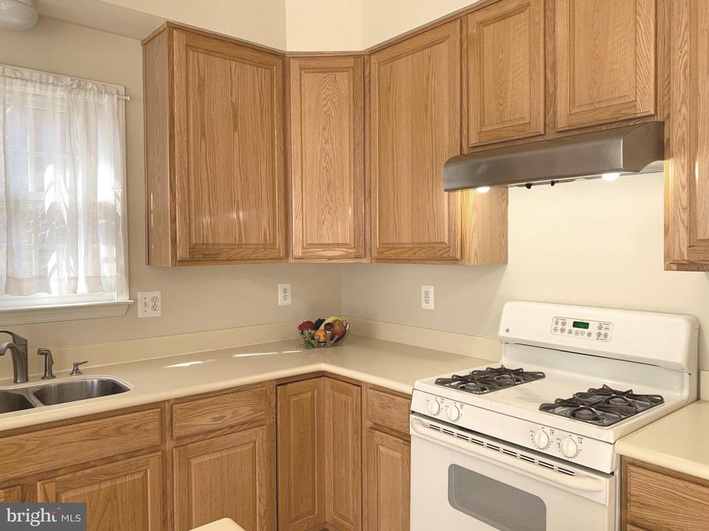 Kitchen with  Gas Range/Oven - 1112 RESERVE CHAMPION DR, ROCKVILLE