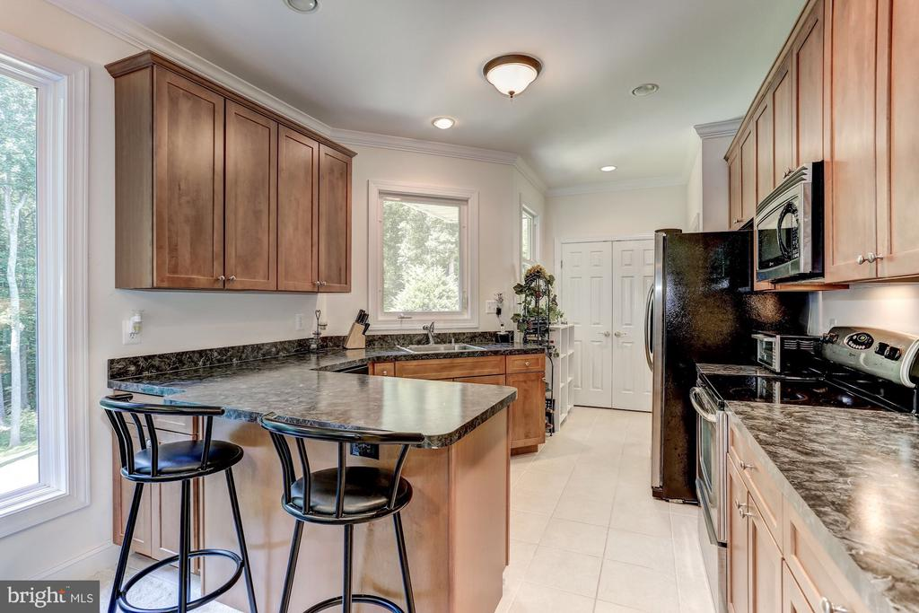 Guest home kitchen with granite and custom cabinet - 6910 SCENIC POINTE PL, MANASSAS