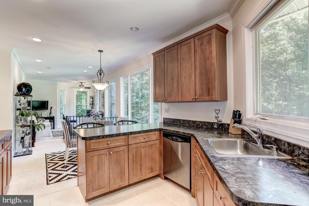 Guest home has tons of natural lighting throughout - 6910 SCENIC POINTE PL, MANASSAS
