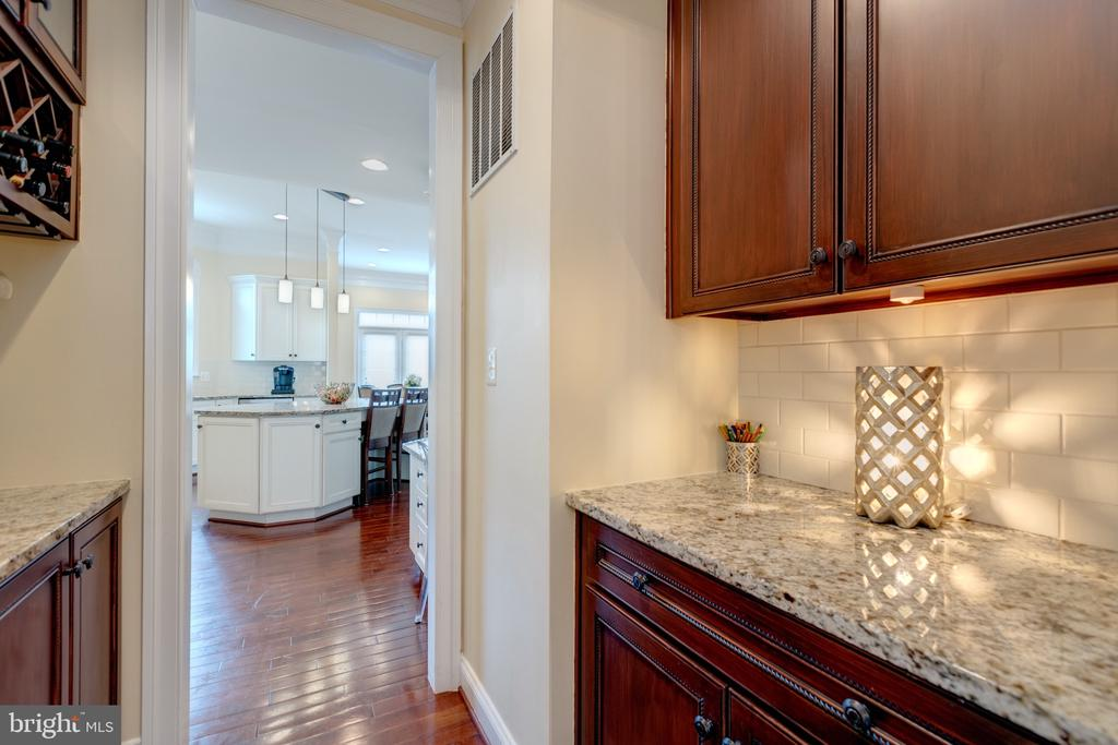 Butlers Pantry w/Granite and Wine Cabinet - 43853 RIVERPOINT DR, LEESBURG