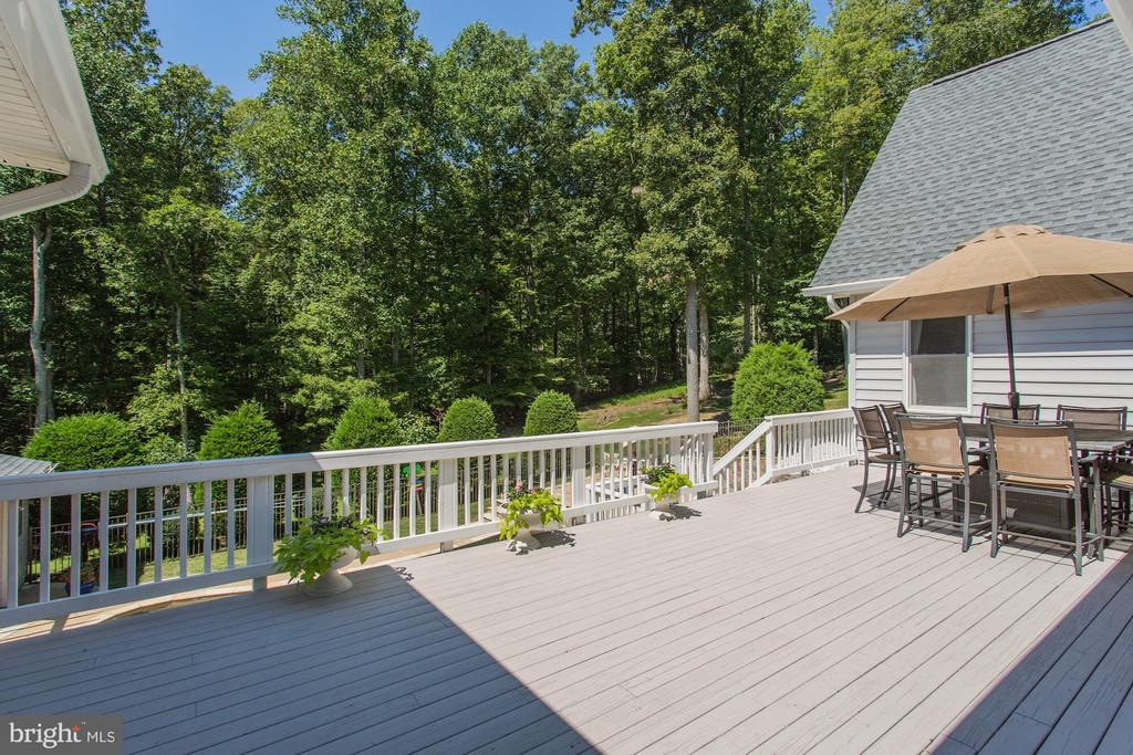 Enormous deck over looks the pool and private lot - 6910 SCENIC POINTE PL, MANASSAS