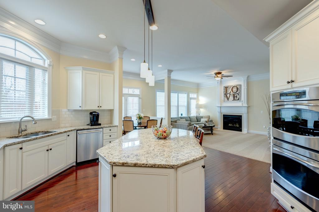 Gourmet Kitchen - White Cabinets and Granite - 43853 RIVERPOINT DR, LEESBURG