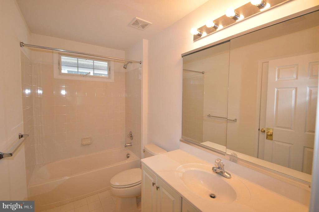 Upper level hall bath - 25989 DONOVAN DR, CHANTILLY