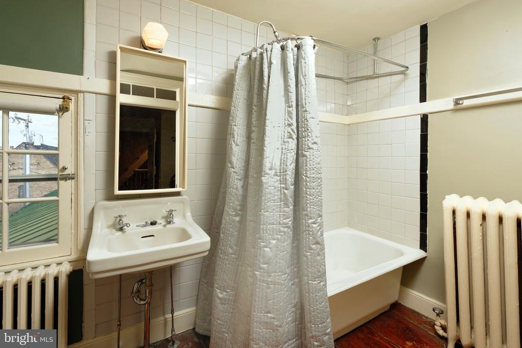 Window w/views adds to the charm of this en suite - 317 S SAINT ASAPH ST, ALEXANDRIA