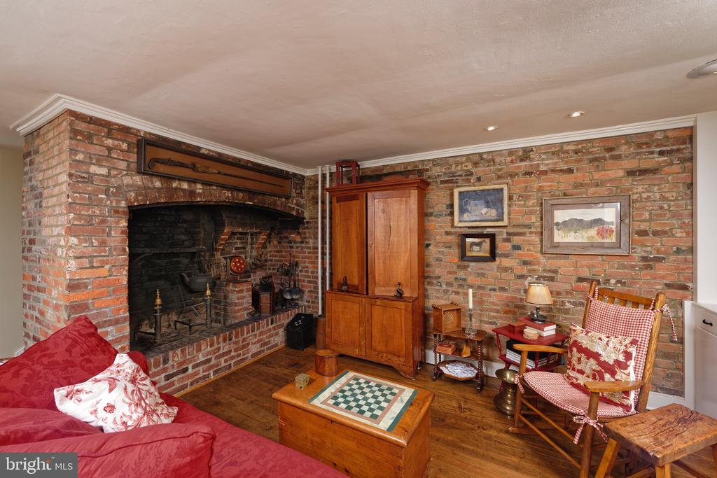 A cozy family room with exposed brick walls - 317 S SAINT ASAPH ST, ALEXANDRIA