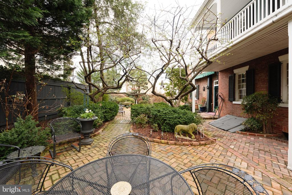 Enjoy al fresco dining on the all brick patio - 317 S SAINT ASAPH ST, ALEXANDRIA
