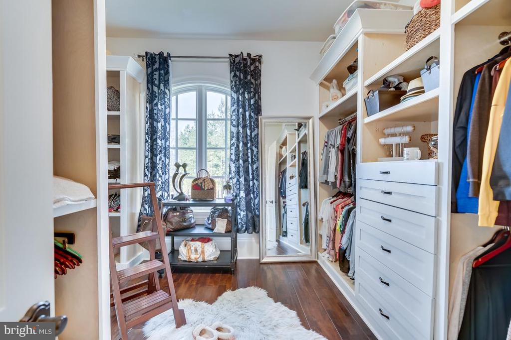 Her Closet with Custom Built Ins - 22662 CREIGHTON FARMS DR, LEESBURG