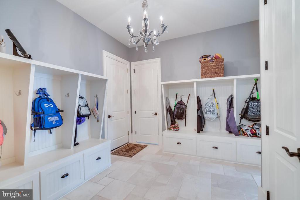 Mud Room Lockers - 22662 CREIGHTON FARMS DR, LEESBURG
