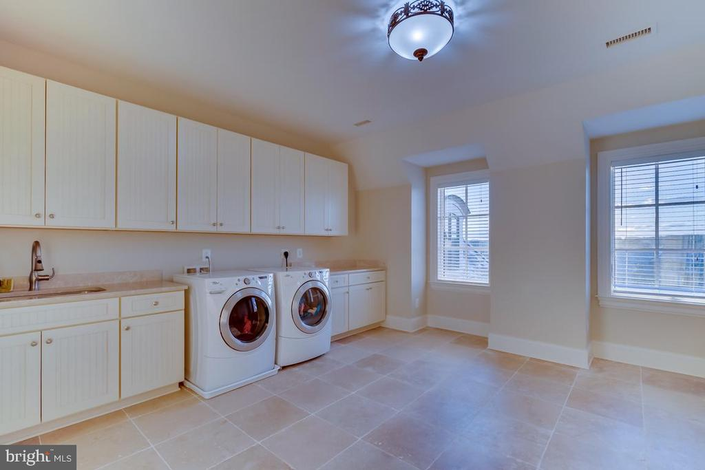Upper Level Laundry Room - 22662 CREIGHTON FARMS DR, LEESBURG