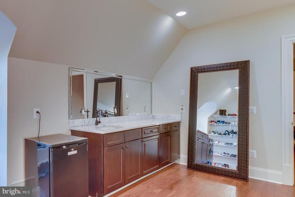 Wet bar located on upper level - 22662 CREIGHTON FARMS DR, LEESBURG